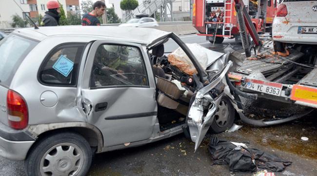 Kocaelide otomobil park halindeki tıra çarptı: 1 ölü, 2 yaralı