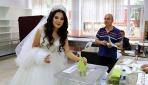 Düğünden önce gelinlikleriyle oy kullanmaya gittiler