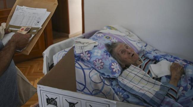 100 yaşındaki kadın, oyunu seyyar sandıkta kullandı