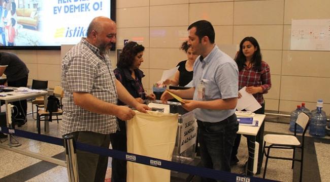 Yurt dışından gelen seçmenler havalimanında oy kullandı