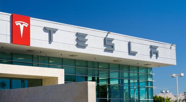 Tesla şimdi de akıllı telefonuyla geliyor