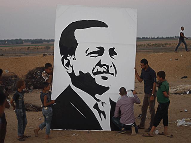 Gazzeli ressam Cumhurbaşkanı Erdoğanın seçim zaferini portresini çizerek kutladı