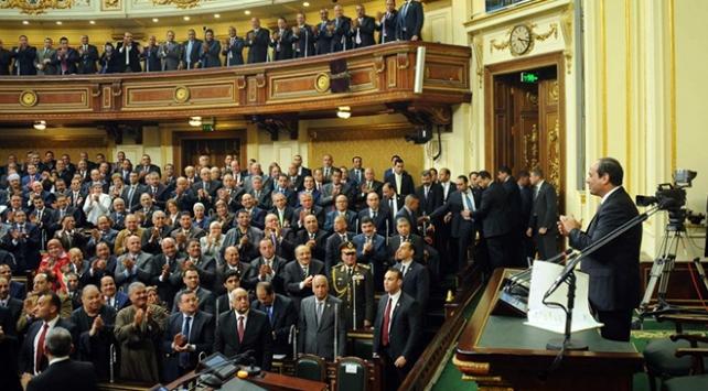 Mısırda parlamento darbeci komutanları koruma altına aldı