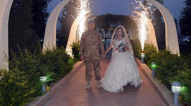 Uzman çavuş kendi düğününe askeri üniformasıyla katıldı