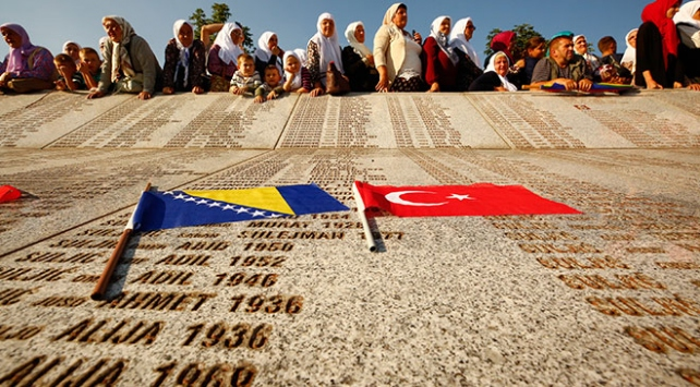 Siyasetçiler Srebrenitsa soykırımında ölenleri andı