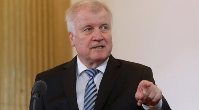 Almanya İçişleri Bakanı Seehofere istifa çağrısı