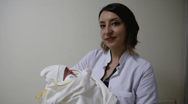 Zorlu mesaileri bebeğin ağlama sesiyle mutluluğa dönüşüyor