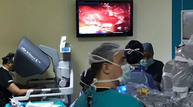 Ege Üniversitesinde robotik izsiz tiroit ameliyatı yapıldı