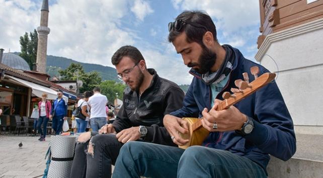 Ellerinde bağlamayla Avrupada Türk kültürünü anlatıyorlar