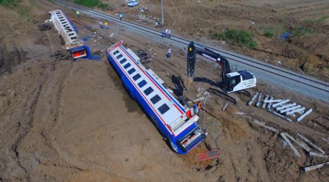Çorluda tren kazasında devrilen vagonlar kaldırılıyor