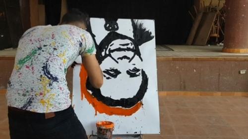 Mısırlı ressam baş aşağı portrelerini birkaç dakikada boyuyor