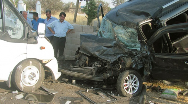 Gaziantepte kamyonet ile hafif ticari araç çarpıştı: 1 ölü, 10 yaralı