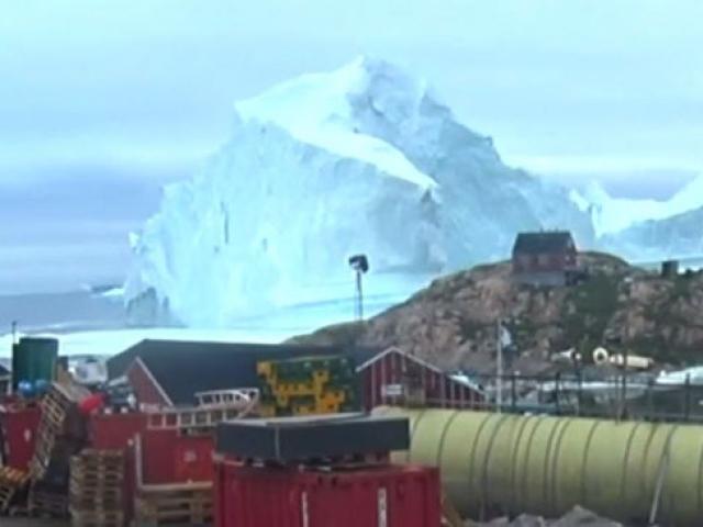 Grönlandda 11 milyon tonluk dev buzdağı küçük kasabayı korkutuyor