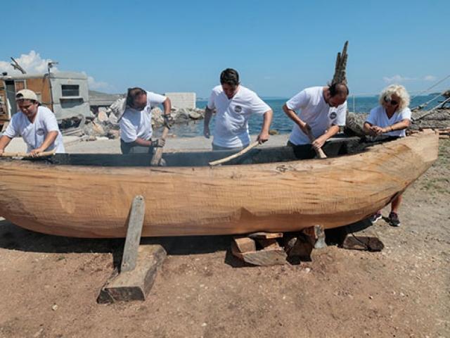 Cilalı Taş Devri tekniğiyle ilkel tekne yapılıyor