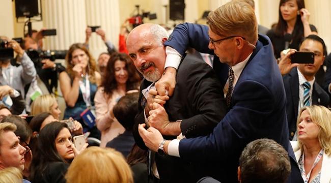 Trump-Putin zirvesini protesto eden gazeteci yaka paça atıldı