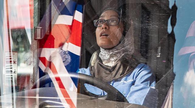 Londrada aşırı sağcılar başörtülü kadın şoförün otobüsünü kuşattı