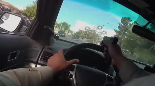 Polis kovalamacada şüphelilere araç camının arkasından ateş etti