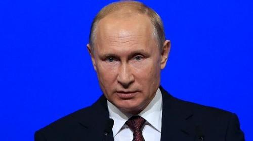 Putin, Fox News sunucusunun uzattığı kağıdı almadı: Onu masaya koy