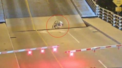 Bisikletli kadın köprünün boşluğuna sıkıştı