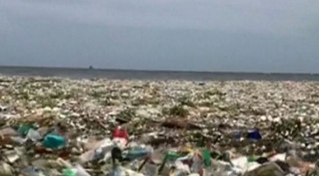 Santo Domingo denizinde plastikler yüzüyor