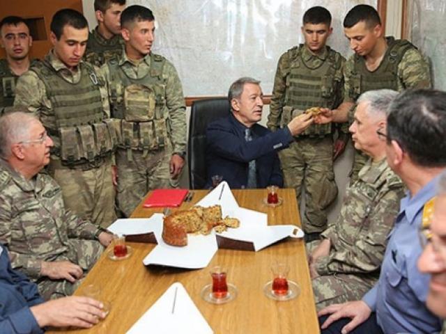 Hulusi Akar askerlere elleriyle kek ikram etti