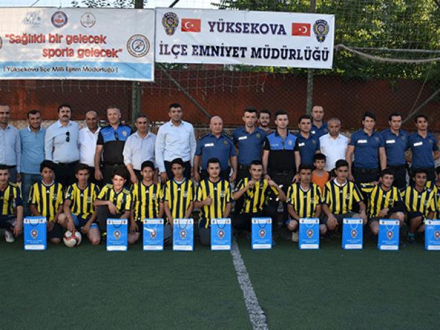 Yüksekovada polislerle öğrenciler futbol oynadı