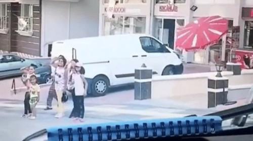 Çocuklar polis aracını esas duruşta selamladı