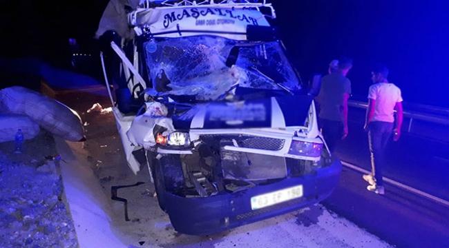 İşçileri taşıyan minibüs kamyona çarptı: 15 yaralı