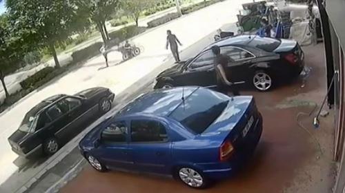 Hırsızlık şüphelisi motosikletten tekmeyle düşürüldü