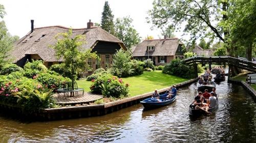 Tarihi evleri ve kanallarıyla Hollandanın şirin köyü Giethoorn