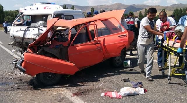 Kırşehir'de otomobil ile ticari araç çarpıştı: 2 ölü, 4 yaralı