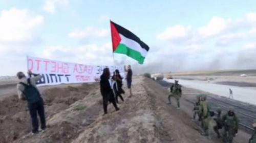 İsrailli aktivistler Gazze sınırında Filistin bayrağı taşıdı