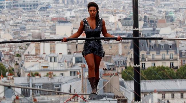 Kadın ip cambazının gösterisi Pariste ilgiyle izlendi