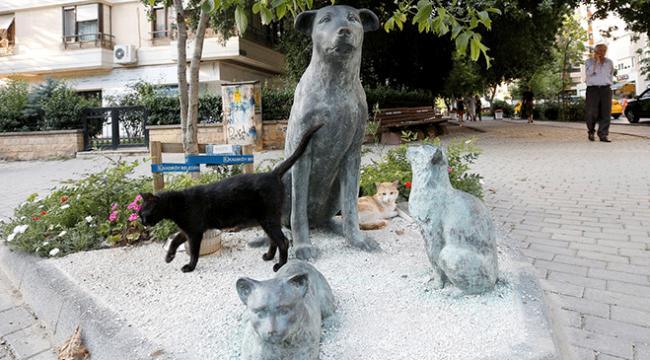 Sokaktaki dostlarını heykelleriyle anıyorlar