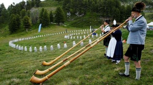 """İsviçre dağlarında """"alphorn"""" sesleri yankılanıyor"""