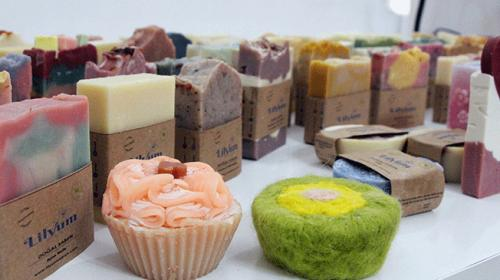 Evinde ürettiği 80 çeşit sabunu dünyaya pazarlıyor