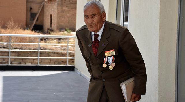 Kore gazisi 66 yıllık teğmen üniformasını özenle saklıyor