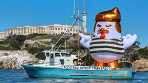 """Trumpa bu kez de """"şişme tavuklu"""" protesto"""