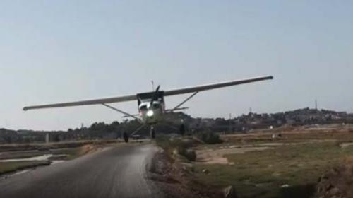 Fazla alçalan uçak gazetecilerin otomobiline çarptı