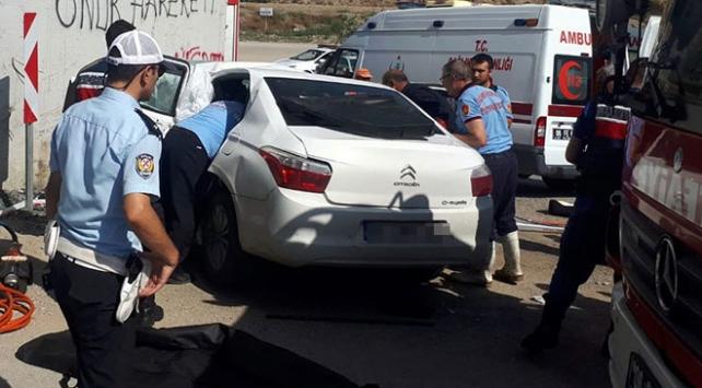 Ankarada kontrolden çıkan araç köprü ayağına çarptı: 4 ölü