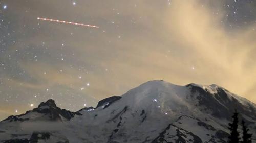 Işıltılı yıldızların altında Rainier Dağı