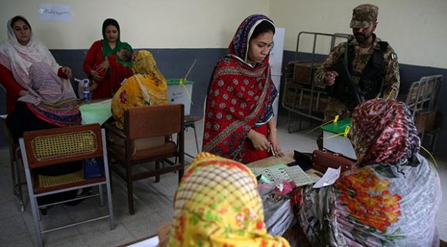 Pakistanda halk sandık başında