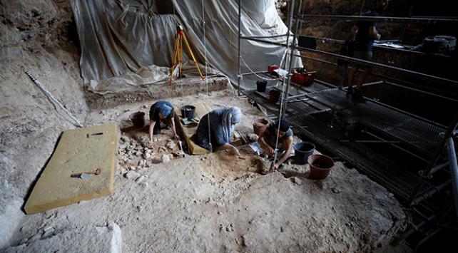 """500 bin yıllık mağaradan """"cımbız""""la tarih ayıklıyorlar"""