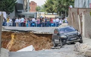 Ümraniyede inşaatın istinat duvarı çöktü