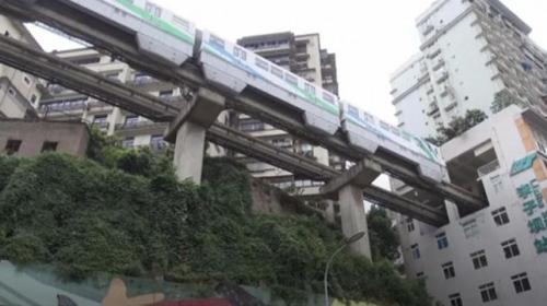 Çin'de 19 katlı binanın içindeki tren istasyonu turistlerin ilgisini çekiyor