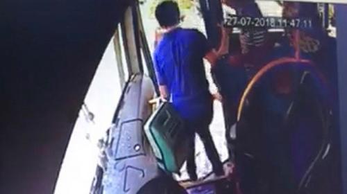 Yolcular kaza yapan otobüsün kapısından fırladı