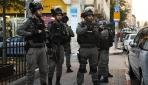 İsrail askerleri yaşlı Filistinliyi sedyede gözaltına aldı