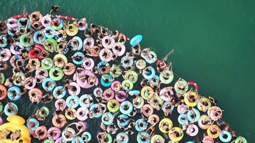 Çin'de yüzlerce vatandaş dev havuzda serinliyor