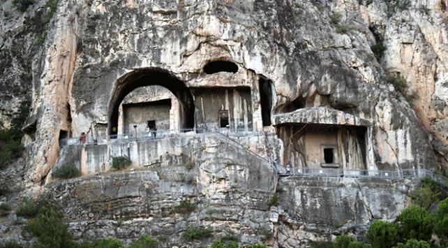 Kral Kaya Mezarları dünyanın birçok yerinden ziyaretçi ağırlıyor