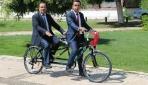 Görme engelli daire başkanı bisikleti makam aracı yaptı